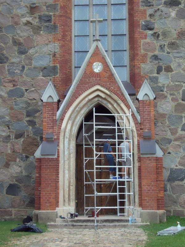 Dievnama ieejas portāla restaurācija